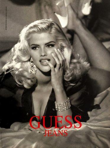 Anna-Nicole Smith con su imagen explosivam en una campaña para Guess